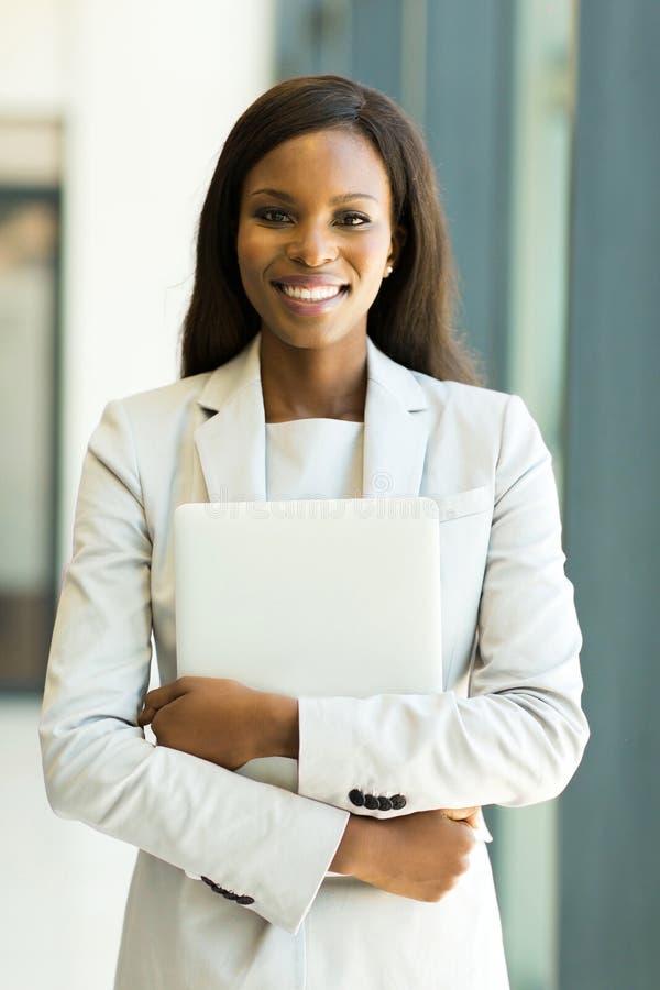 Büroangestellter, der Laptop hält stockfotos