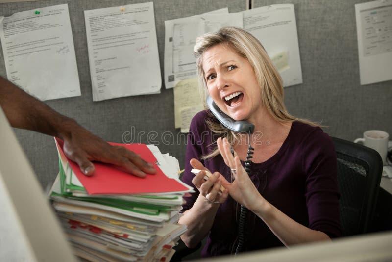 Büroangestellter, der am Telefon kreischt stockfoto