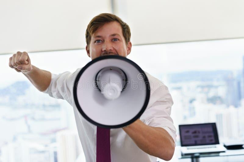 Büroangestellter mit Megaphon kämpfend für Arbeitsrechte lizenzfreies stockbild