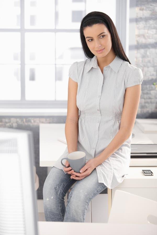 Büroangestelltmädchen auf Kaffeepause lizenzfreie stockbilder