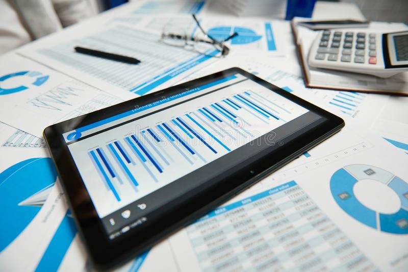 Büroarbeitsplatz für Geschäft Tablet-PC und -berichte Tabellennahaufnahme Finanzbuchhaltungskonzept des Gesch?fts stockfotografie