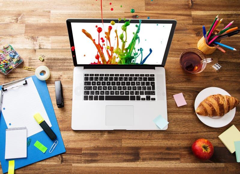 Büroarbeitsplatz mit Laptop lizenzfreies stockfoto