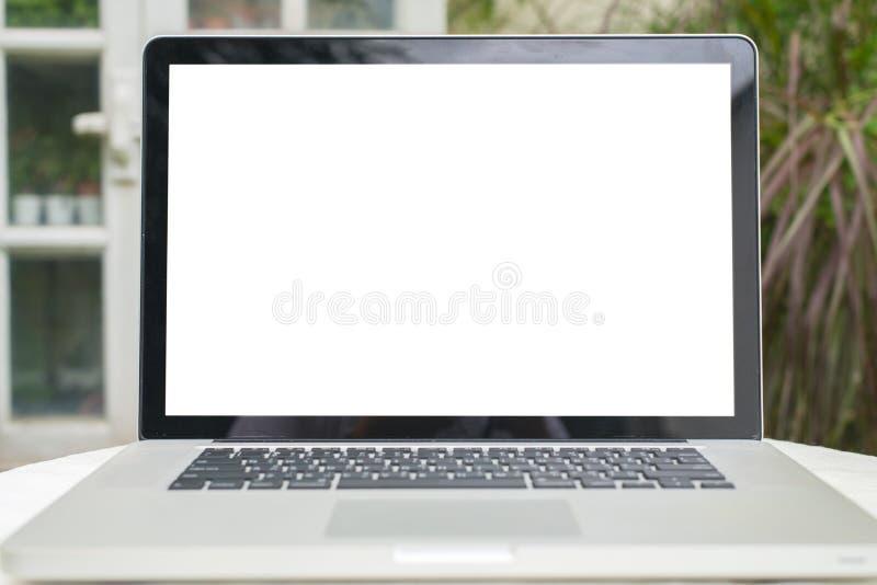 Büroarbeitsplatz mit offenem Laptopmodell Tablet-Computer und Smartphone auf dem hölzernen Schreibtisch lizenzfreies stockbild