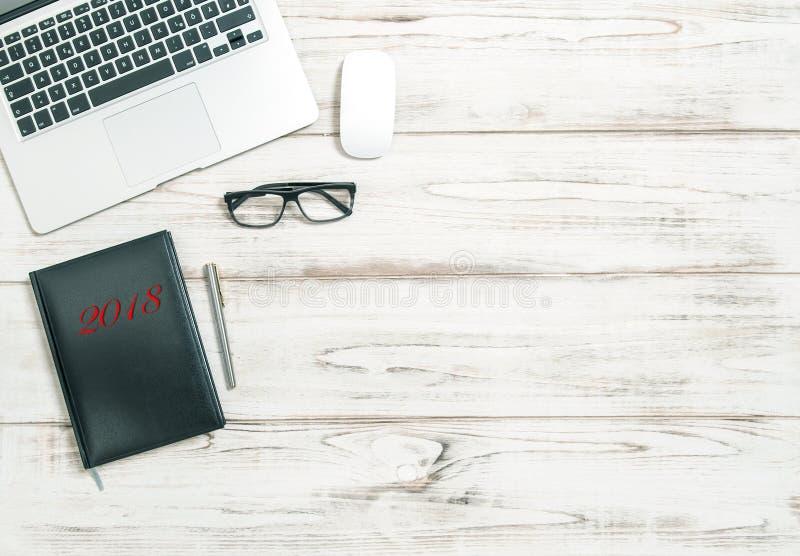 Büroarbeitsplatzlaptopkalenderbuch Ziele 2018 neuen Jahres stockfotos