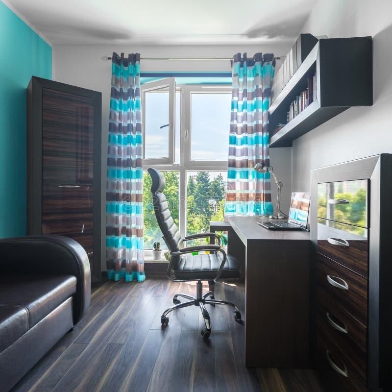 Bürobereich in der Wohnung stockbild