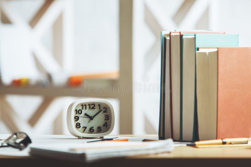 Bürodesktop mit Uhr lizenzfreie abbildung