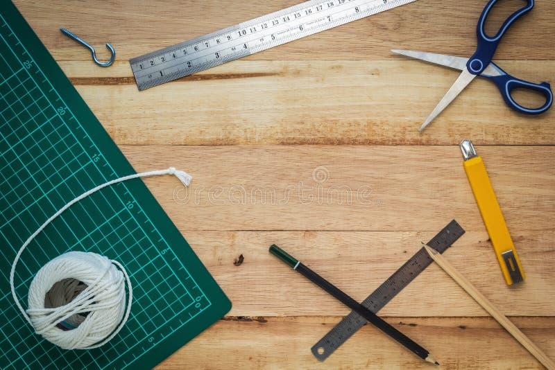 Büroeinrichtung oder diy Werkzeuge auf hölzernem Brett lizenzfreie stockfotografie