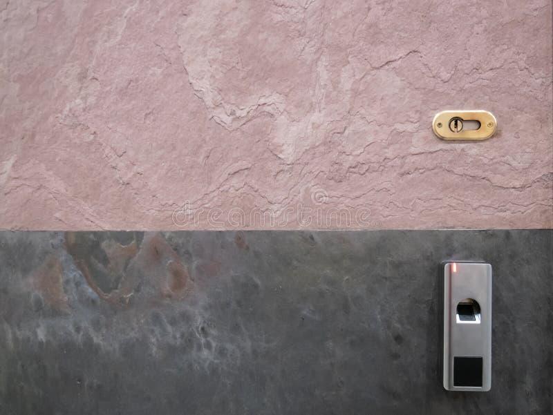 BüroEinstiegstür mit traditionellem Schlüsselloch für Schlüssel und Fingerabdruckscanner stockfoto