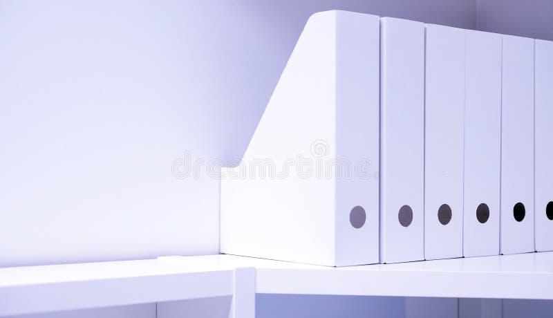 Bürofaltblätter für Dokumente Ein Ordner mit Dateien auf den Anrichten in einem hellen modernen Büro, in einem Archiv und in Doku lizenzfreies stockbild