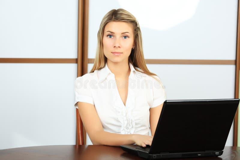 Bürofrau lizenzfreie stockfotografie