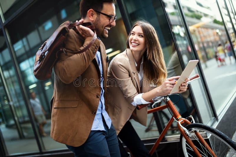 Bürofrau mit Geschäftsmannpaaren Bruch bei der Unterhaltung des Flirts genießend im Freien lizenzfreie stockbilder