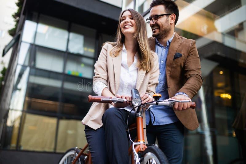 Bürofrau mit Geschäftsmannpaaren Bruch bei der Unterhaltung des Flirts genießend im Freien lizenzfreie stockfotos