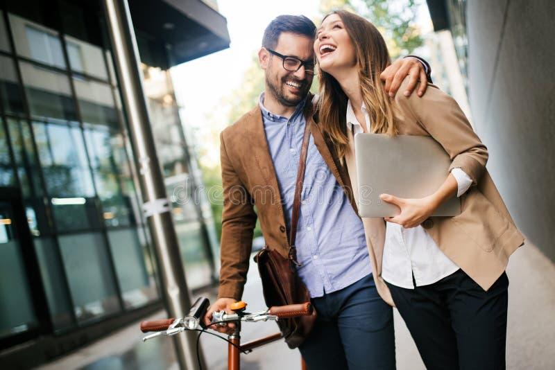 Bürofrau mit Geschäftsmannpaaren Bruch bei der Unterhaltung des Flirts genießend im Freien stockfoto