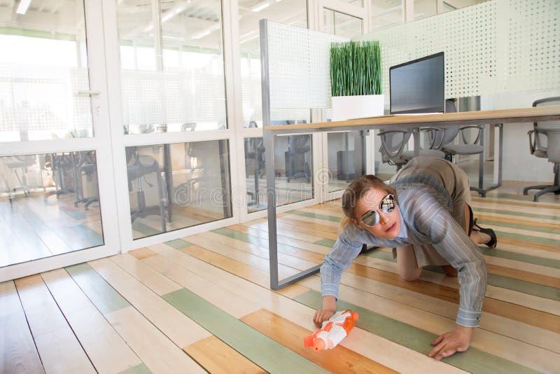 Bürofrau sitzen und verstecken sich unter Tabelle stockfotos