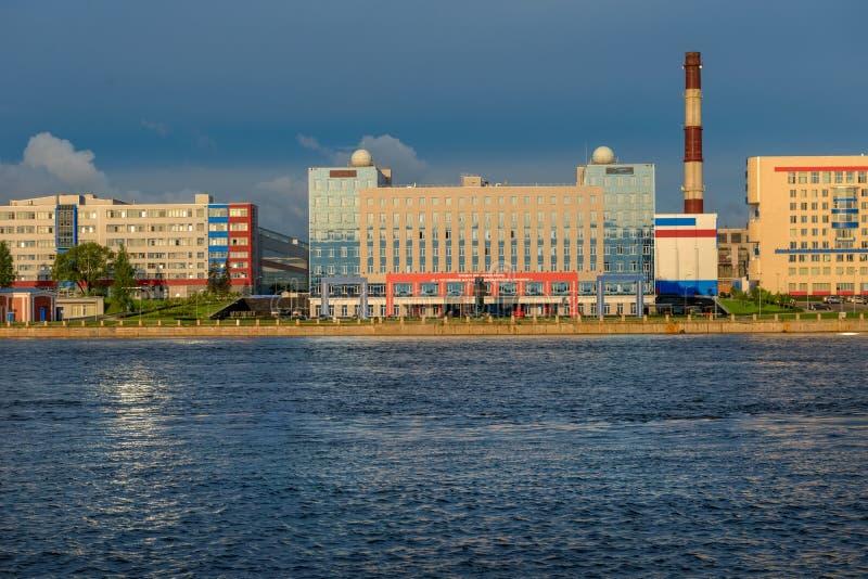Bürogebäude auf den Banken des Neva lizenzfreies stockfoto