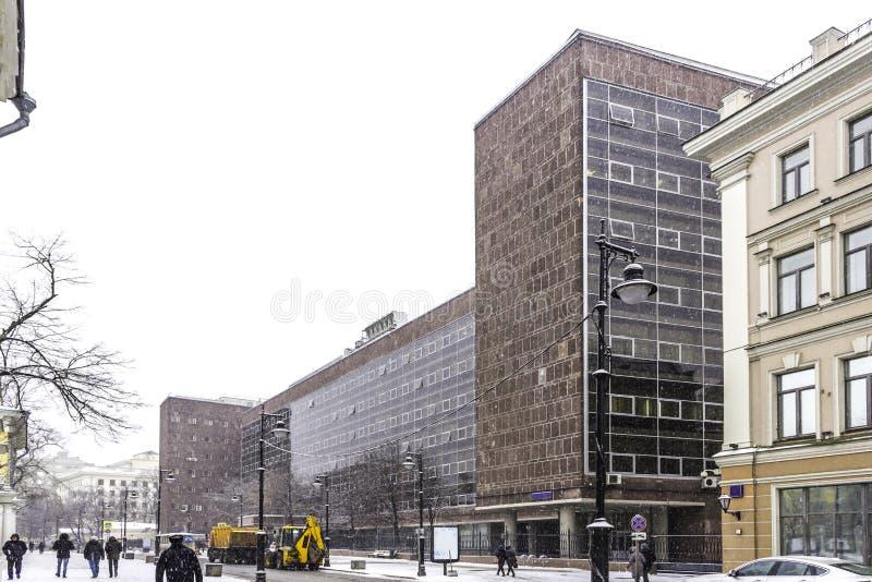 Bürogebäude in der Mitte von Moskau, entworfen vom Architekten Le Corbusier stockfotos