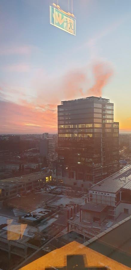 Bürogebäude im timisoara Rumänien bei Sonnenuntergang - openville vereinigtes Geschäftszentrum lizenzfreie stockfotografie