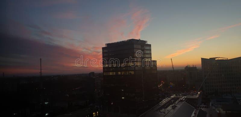 Bürogebäude im timisoara Rumänien bei Sonnenuntergang - openville vereinigtes Geschäftszentrum lizenzfreie stockfotos