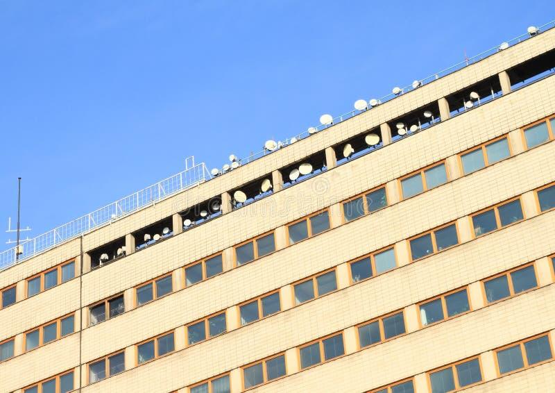 Bürogebäude mit Antennen stockfotografie