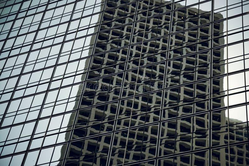 Bürogebäude, moderne Glaswolkenkratzer, man wird herein reflektiert stockbilder
