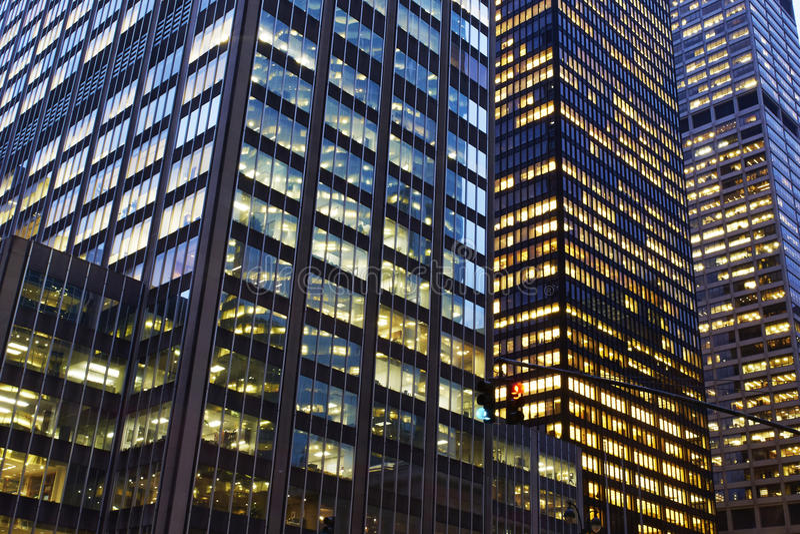 Bürogebäude nachts stockfotos