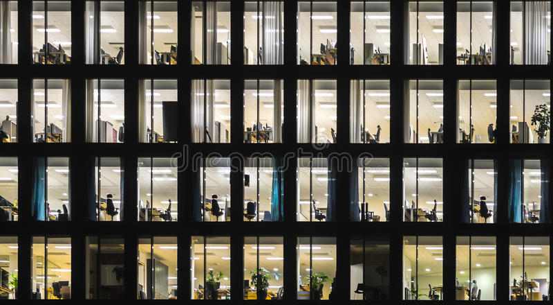 Bürogebäude nachts lizenzfreie stockfotos