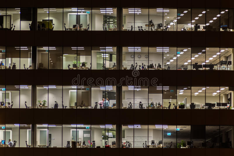 Bürogebäude nachts stockfotografie