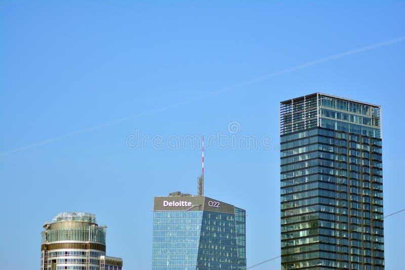Bürogebäude-nahes hohes Modernes Bürogebäude mit Fassade des Glases lizenzfreies stockfoto