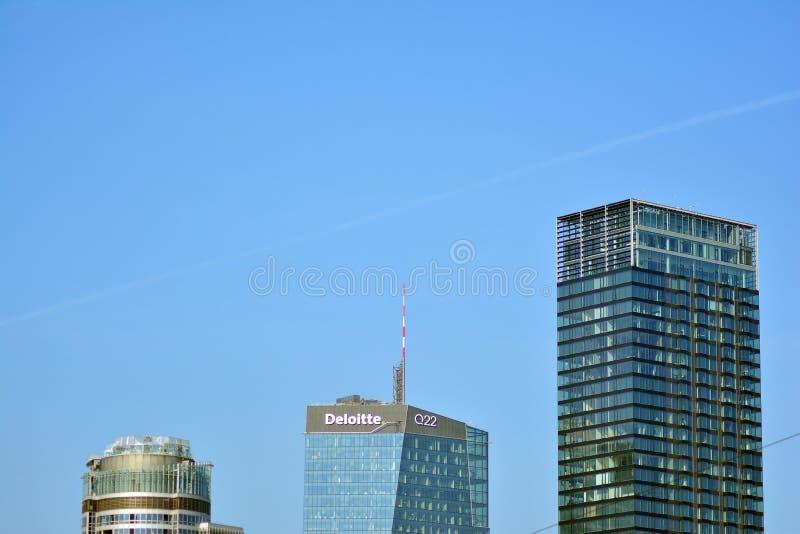 Bürogebäude-nahes hohes Modernes Bürogebäude mit Fassade des Glases stockfotos