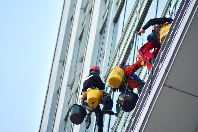Bürogebäude-nahes hohes Modernes Bürogebäude mit Fassade des Glases lizenzfreie stockbilder