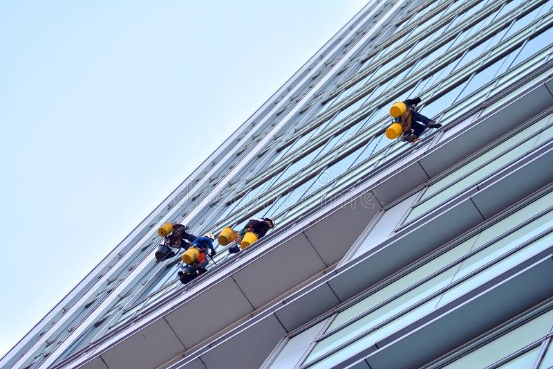 Bürogebäude-nahes hohes Modernes Bürogebäude mit Fassade des Glases stockbild