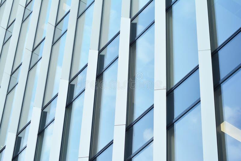 Bürogebäude-nahes hohes Modernes Bürogebäude mit Fassade des Glases stockbilder