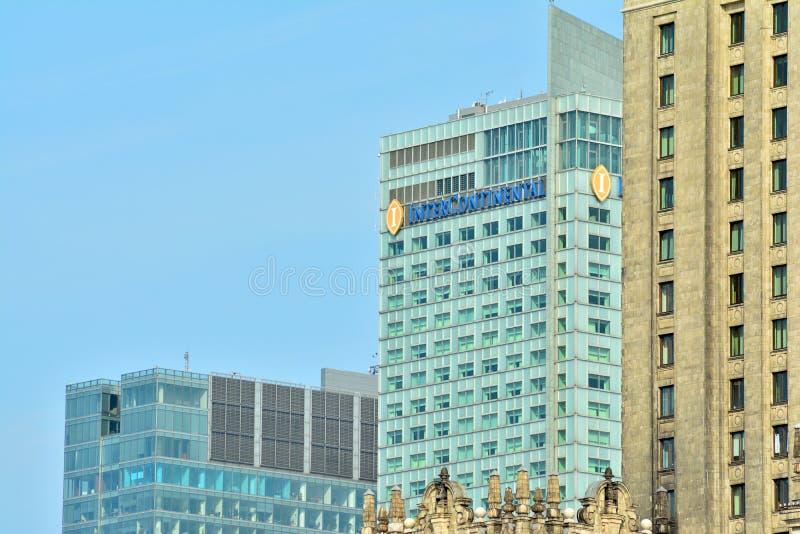 Bürogebäude-nahes hohes Modernes Bürogebäude mit Fassade des Glases lizenzfreie stockfotos