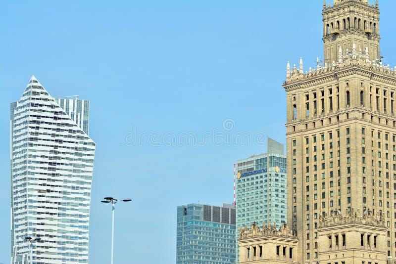 Bürogebäude-nahes hohes Modernes Bürogebäude mit Fassade des Glases stockfoto