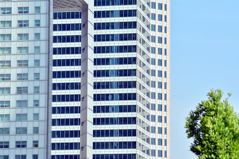 Bürogebäude-nahes hohes Modernes Bürogebäude mit Fassade des Glases lizenzfreie stockfotografie