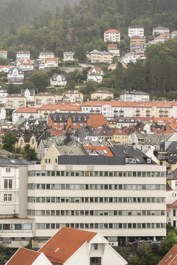 Bürogebäude und Häuser nahe dem Dockside in Bergen Norway lizenzfreie stockfotografie