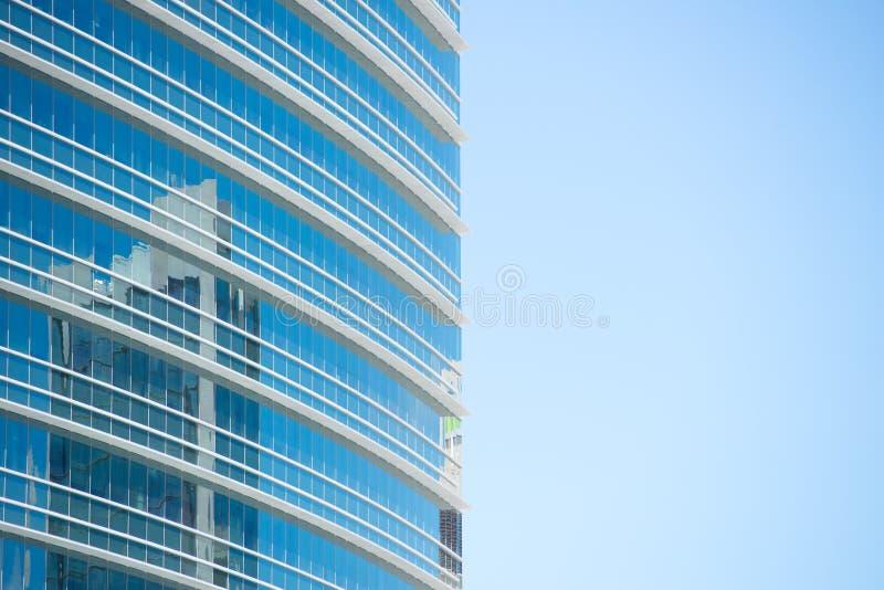 Bürogebäudeglasoberflächenreflexion lizenzfreie stockfotografie