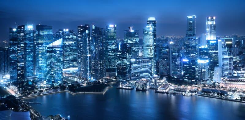 Bürogebäudehintergrund im blauen einfarbigen Ton stockbild