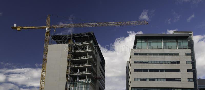 Bürogebäudehochbau mit Kran stockbild