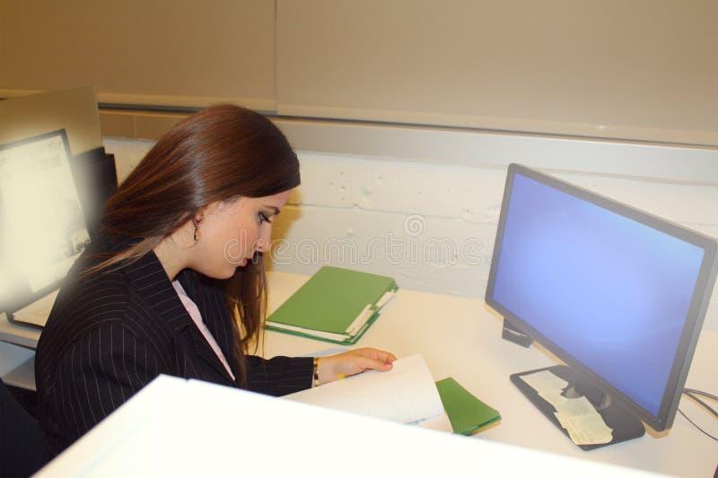 BüroGeschäftsfrau lizenzfreie stockfotografie