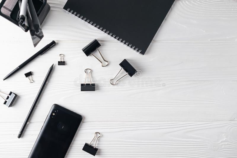 Bürogeschäftsschwarzbriefpapier einschließlich Notizbuch, Stift, Telefon lizenzfreie stockbilder