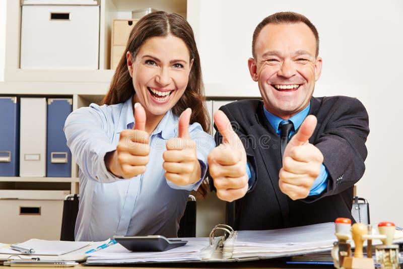 Bürogeschäftsteam, das Daumen hochhält stockfoto