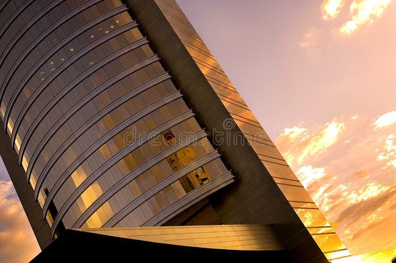 Bürohaus am Sonnenuntergang lizenzfreie stockbilder