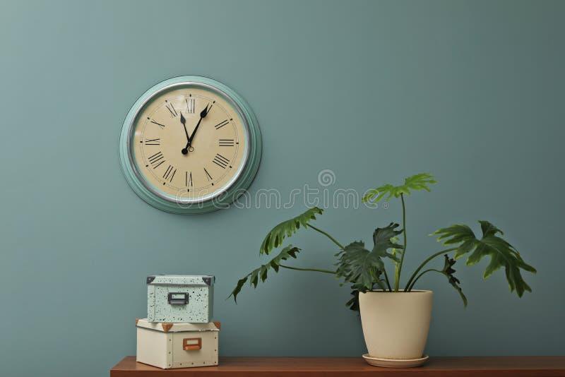 Büroinnenraum mit Houseplant und Uhr auf Wand stockfotografie