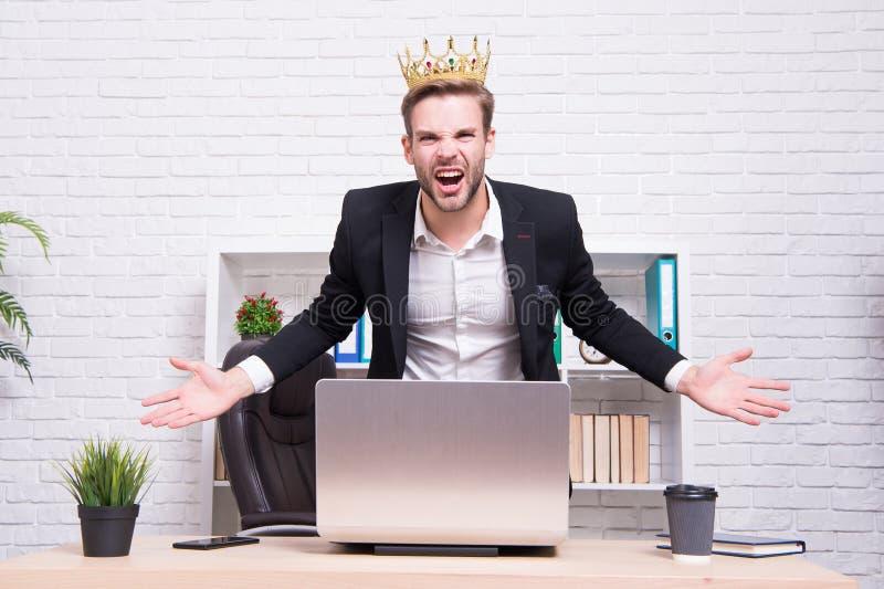 Bürokönig K?nig der Art Erzielen des Sieges und des Erfolgs Königlich und Luxus Suchender Mann des Ruhmes Mann, der Energie darst lizenzfreies stockfoto