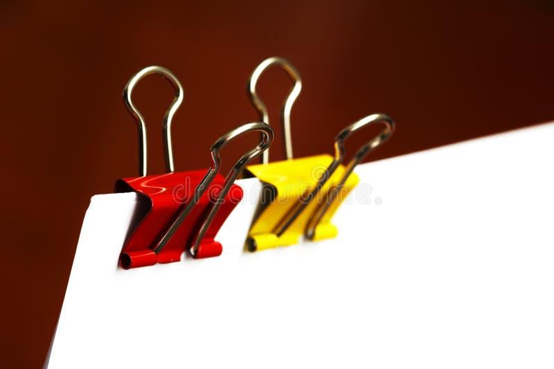 Büroklammern im Rot und im Gelb stockfotografie