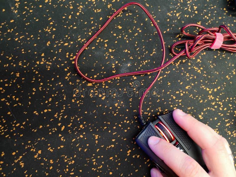 Bürokonzept: Mäusenahaufnahme, Mannhände, die auf Personal-Computertechnologien des schwarzen strengen Mäusepc, Tabelle im Büro k lizenzfreie stockbilder