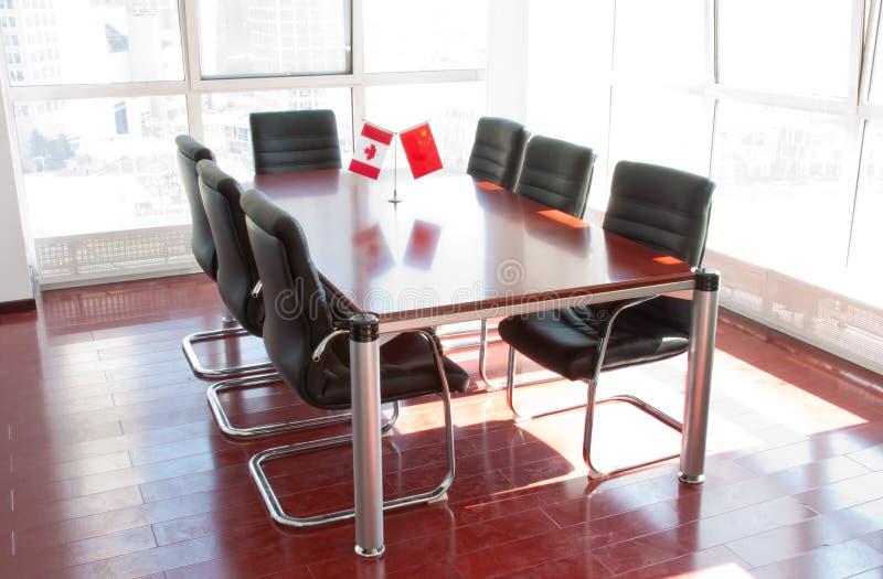 Büromöbel im Konferenzsaal lizenzfreie stockbilder