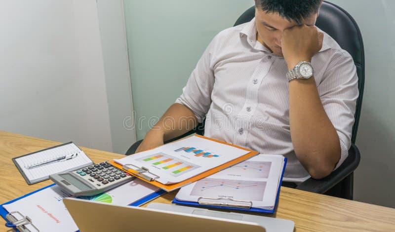 Büromann glaubt müde und mit seinem Job erschöpft lizenzfreie stockfotografie