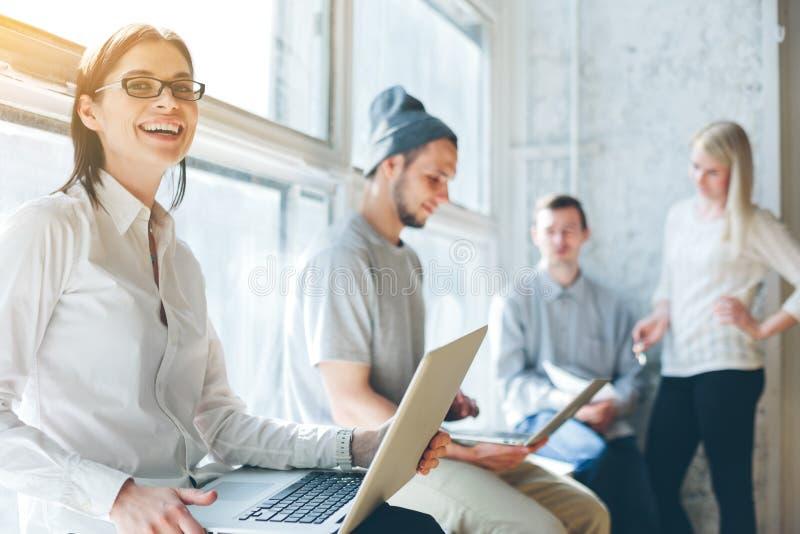 Büroprozeß Team, das im Großen Dachbodenbüro arbeitet Laptop und Schreibarbeit stockfotos